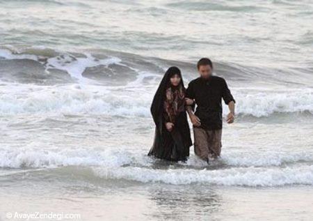 اگر خانمی با رعایت حجاب وارد محیط تفکیک نشده دریا شده و مشغول شنا شود، این کار او چه حکمی دارد؟